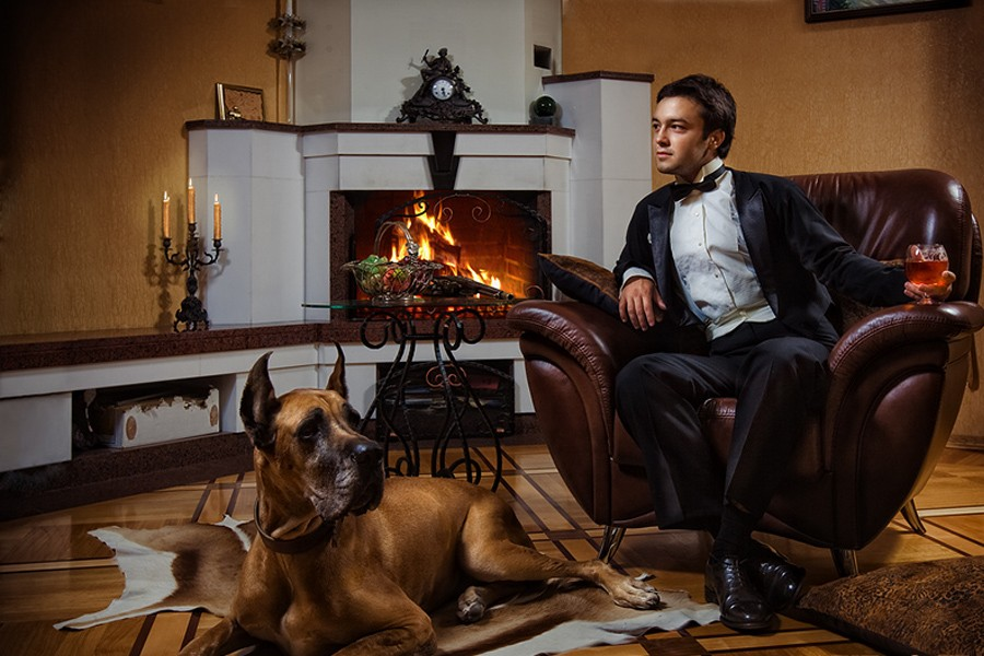 человек с собакой у камина