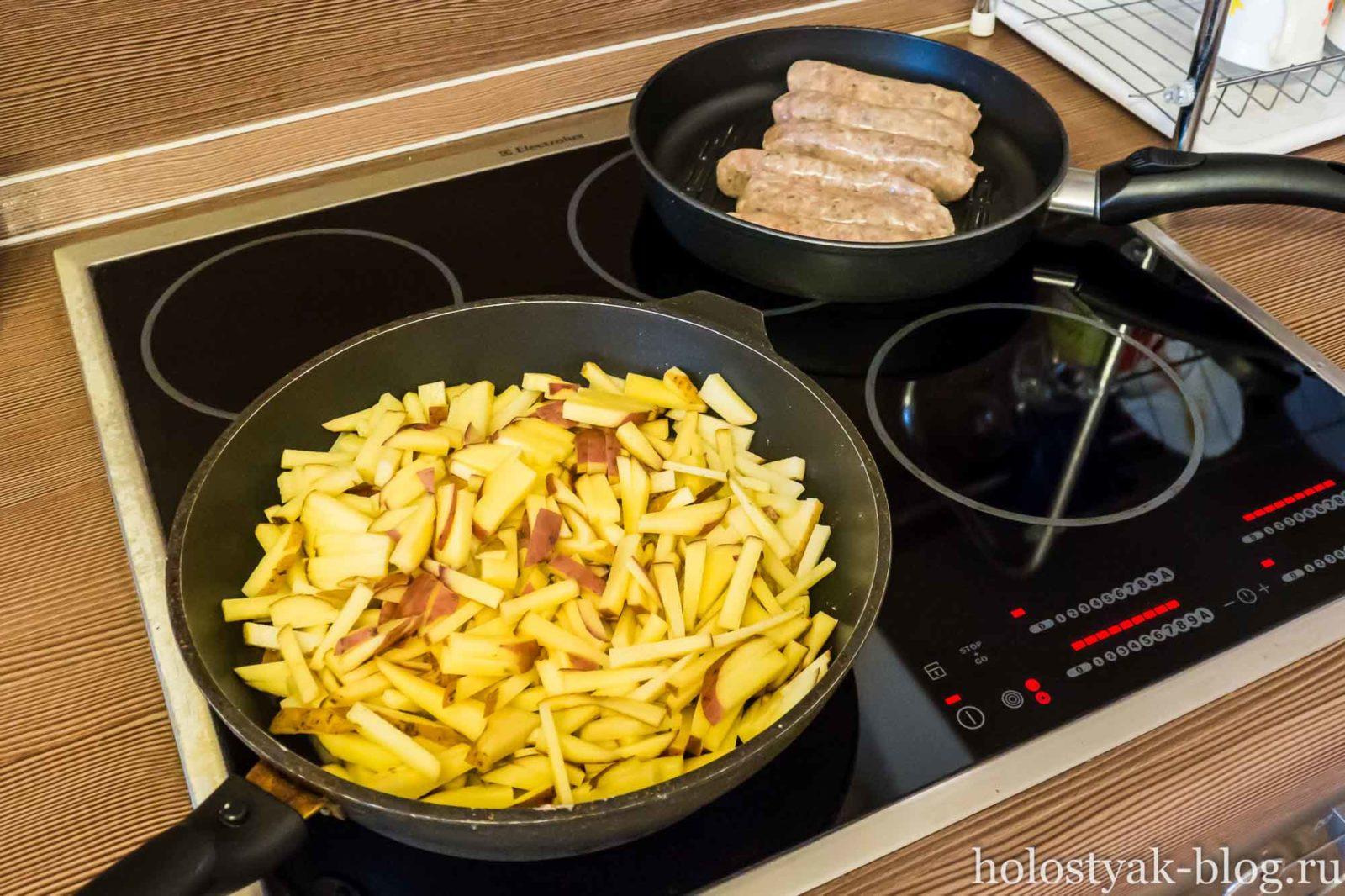 жареная картошка с колбасками