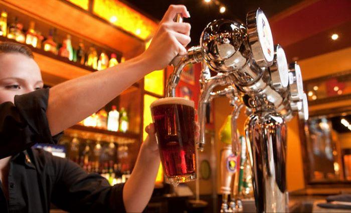 наливает разливное пиво